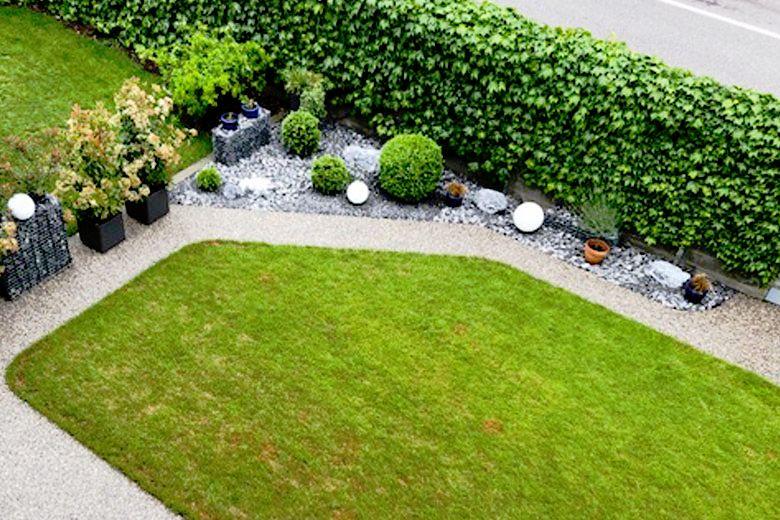 Kleiner Garten mit Kiesbinderbelag auf dem Weg aus der Vogelperspektive 1