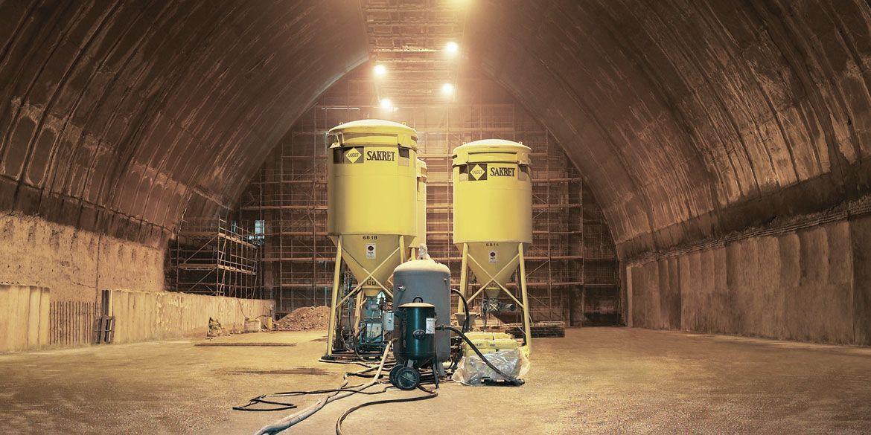 Betoninstandsetzungssysteme | 2 SAKRET-Silos im Tunnel
