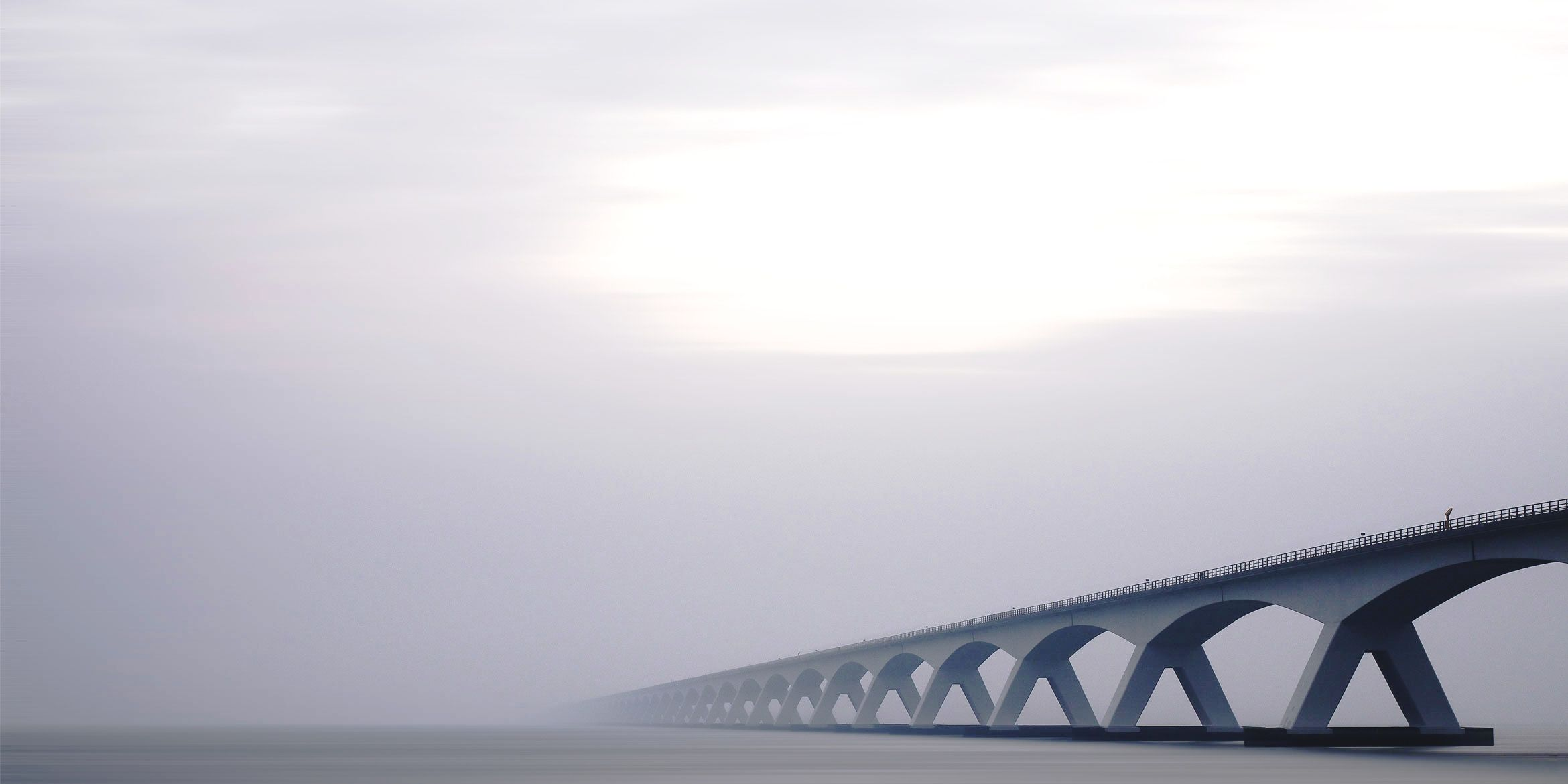 SAKRET International Header | Brücke im Nebel