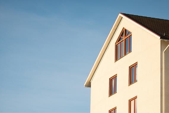 Thumbnail weiße Fassade von einem mehrstöckigen Haus