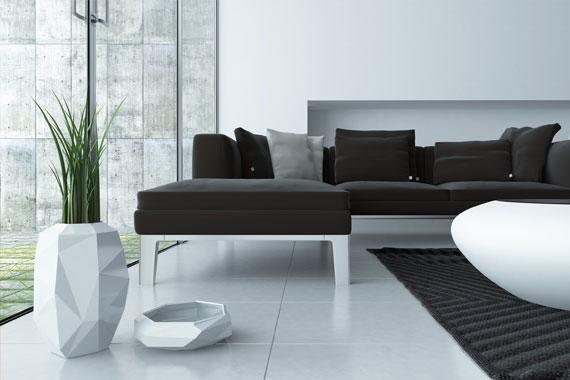 Bodenfliesen einfach selbst verlegen | Wohnzimmer mit Couch und weißem Fliesenboden