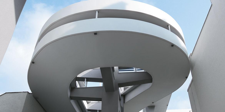 Gewerbe- und Industriebauten | gewundener Gang in außergewöhnlicher Architektur