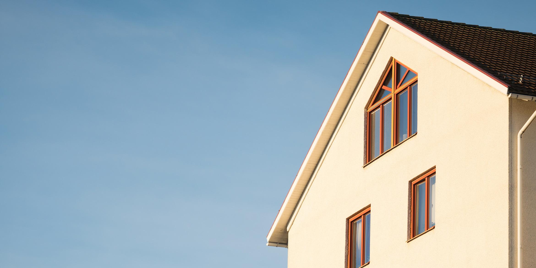 Header weiße Fassade von einem mehrstöckigen Haus