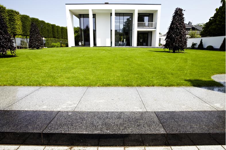 SAKRET Referenz Hannover Garten Plattenweg Totale