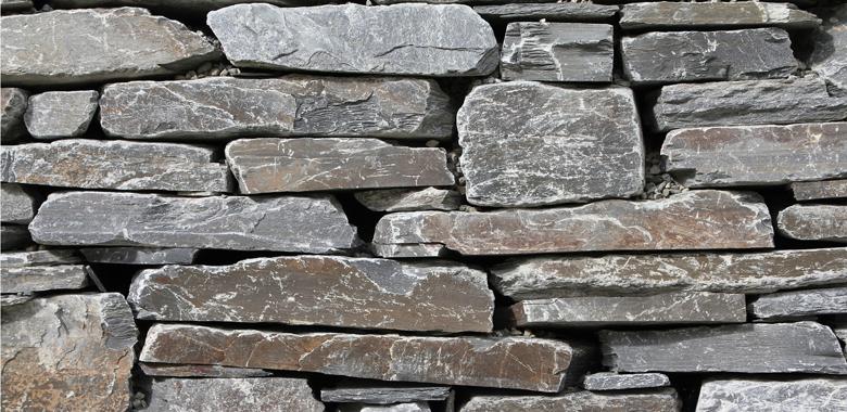 Gneis für die Natursteinmauer