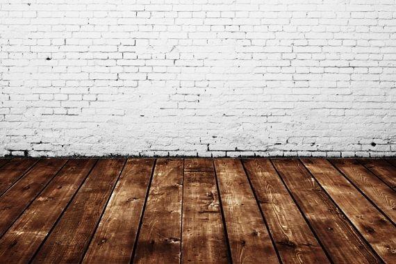 Bodenuntergründe einfach bestimmen | Holzboden vor gestrichenem Mauerwerk