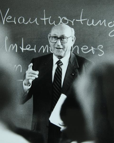 Das Bild zeigt Dr. Hans Viessmann bei einer Rede.
