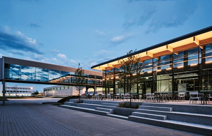 The image shows the new canteen in Allendorf in the evening.