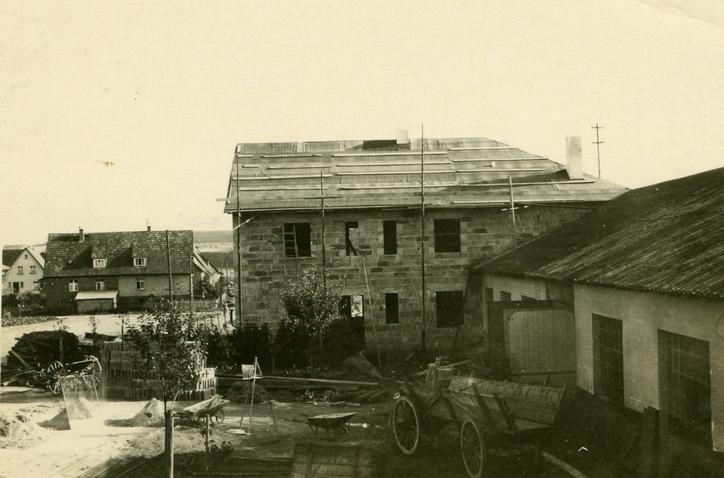 Das Bild zeigt das erste Wohnhaus der Familie Viessmann in Allendorf (Eder) im Jahr 1950.