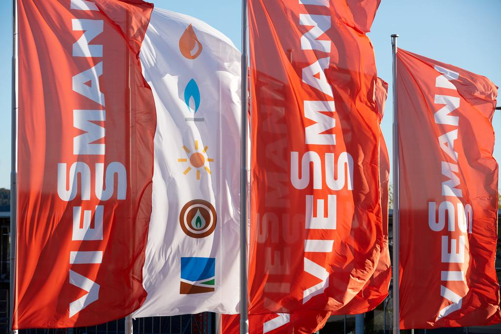 The picture shows Viessmann flags waving in the wind