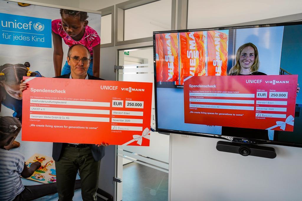 Das Bild zeigt Katharina Viessmann und Unicef-Geschäftsführer Christian Schneider bei der virtuellen Scheckübergabe.