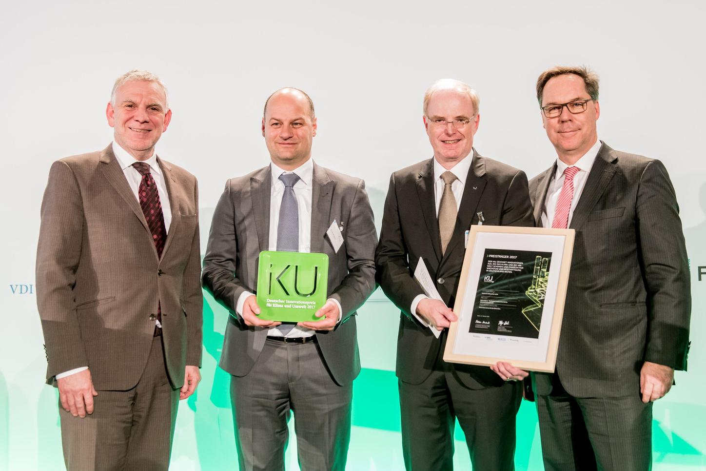 The picture shows the presentation of the IKU-Award.
