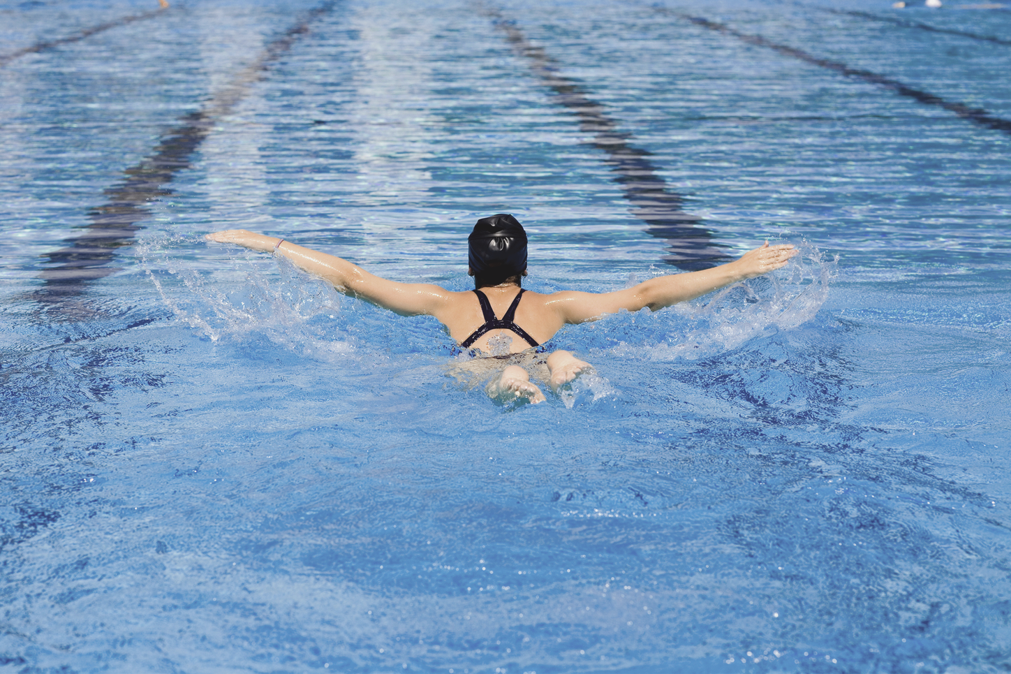 The picture shows a female swimmer in a swimming pool