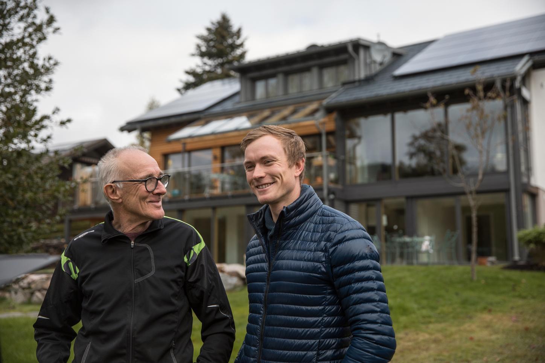 Das Bild zeigt Benedikt Doll mit Vater Charly vor dem Haus.