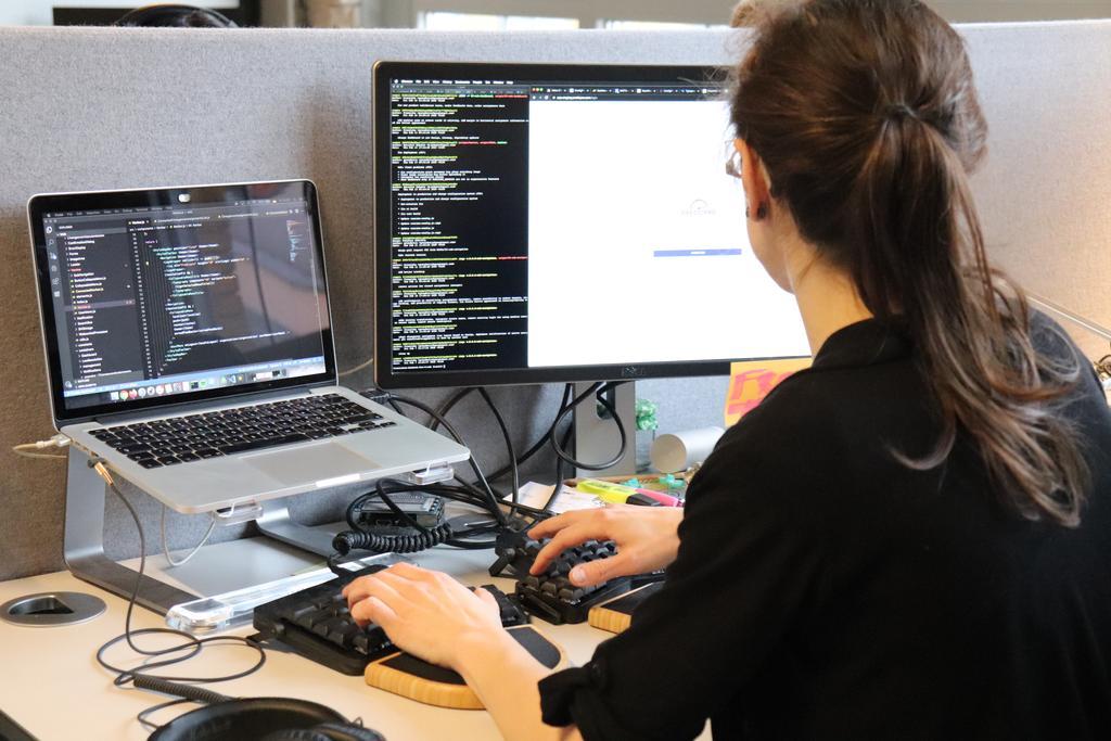 Das Bild zeigt eine WATTx-Mitarbeiterin am Computer.