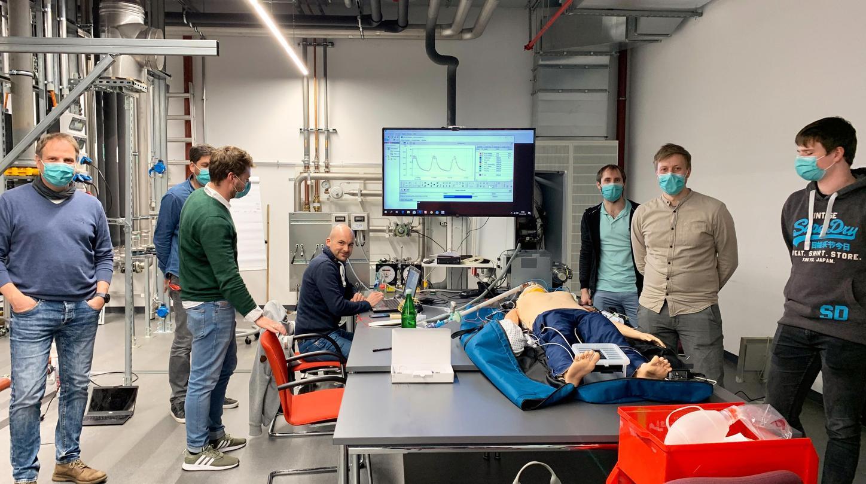 Das Bild zeigt Menschen, die die Funktion eines Viessmann Beatmungsgeräts an einem Dummy testen.