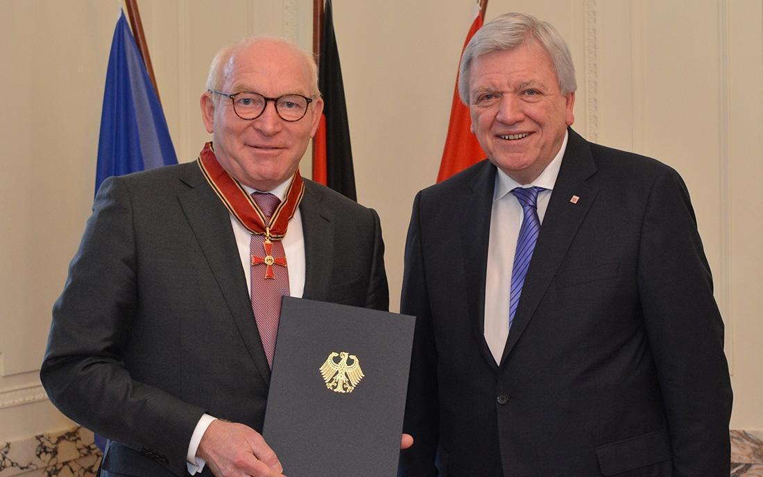 Das Bild zeigt, wie Prof. Dr. Martin Viessmann das Große Verdienstkreuz überreicht wird.