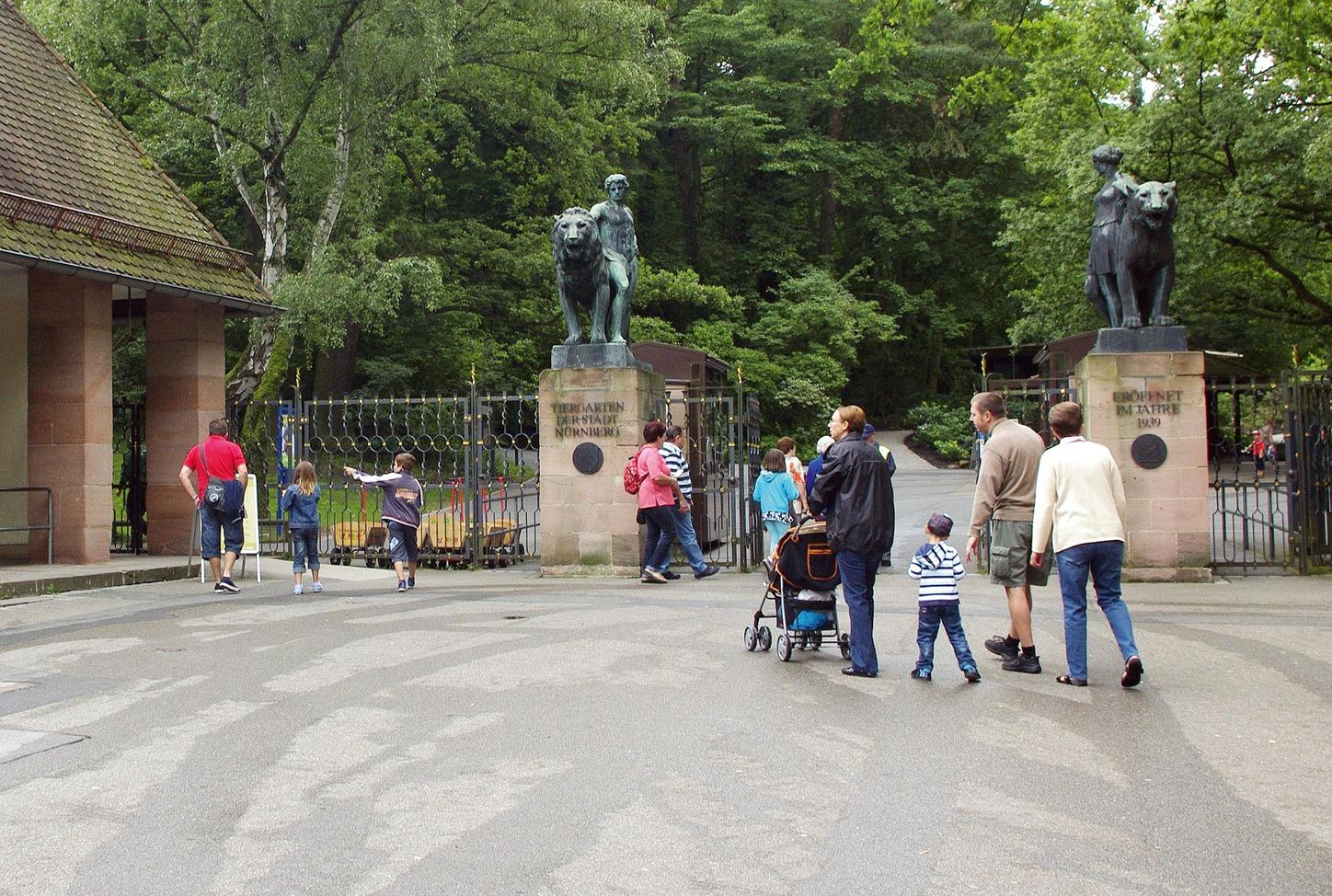 The picture shows visitors in front of the entrance to Nuremberg Zoo.