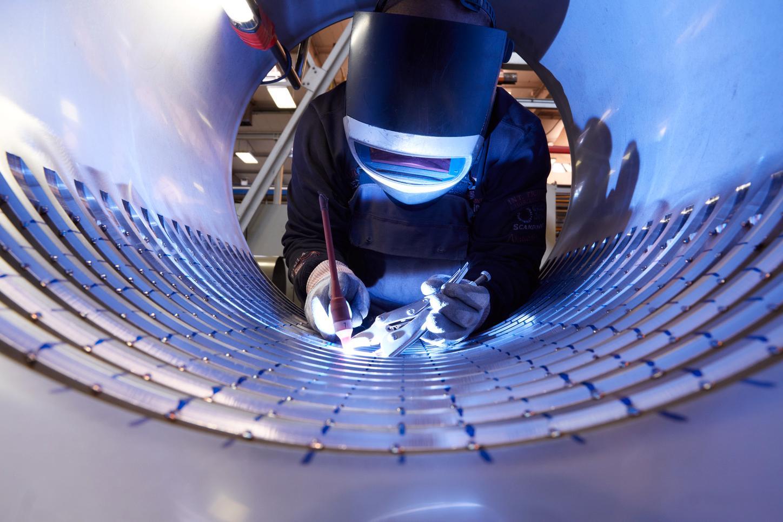 Das Bild zeigt einen Mitarbeiter in der Produktion in Berlin.