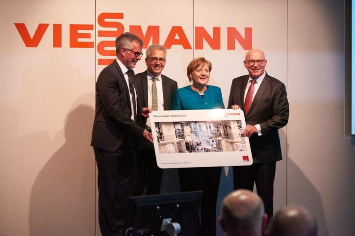 The picture shows Prof. Dr. Martin Viessmann together with the German Chancellor Angela Merkel and the Hessian Minister Tarek Al-Wazir