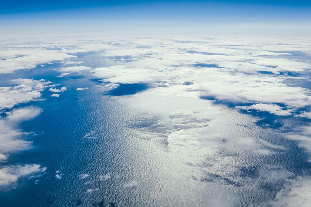 Das Teaserbild zeigt Wolken und Wasser aus großer Höhe mit der Krümmung der Erde sichtbar.