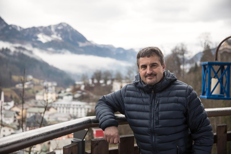 Das Bild zeigt Georg Hackl auf das Berchtesgadener Land blickend.