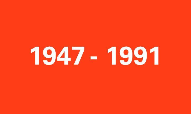 Das Bild zeigt eine rote Kachel mit der Aufschrift 1947-1991
