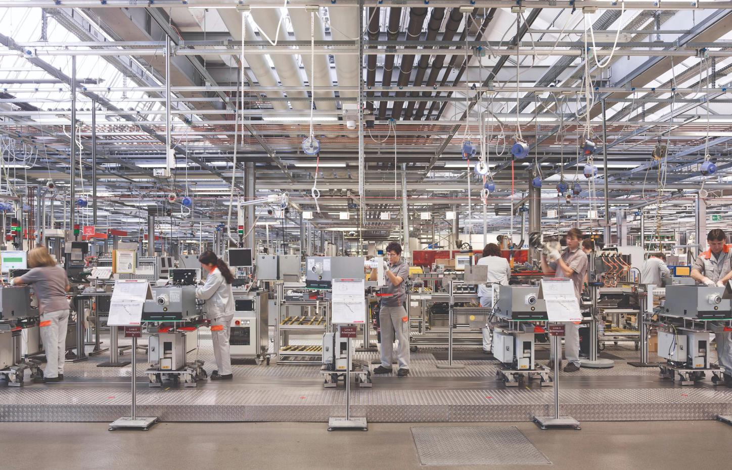 The image shows Viessmann employees at work in a factory.
