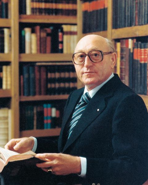 The image shows Dr. Hans Viessmann in the library.