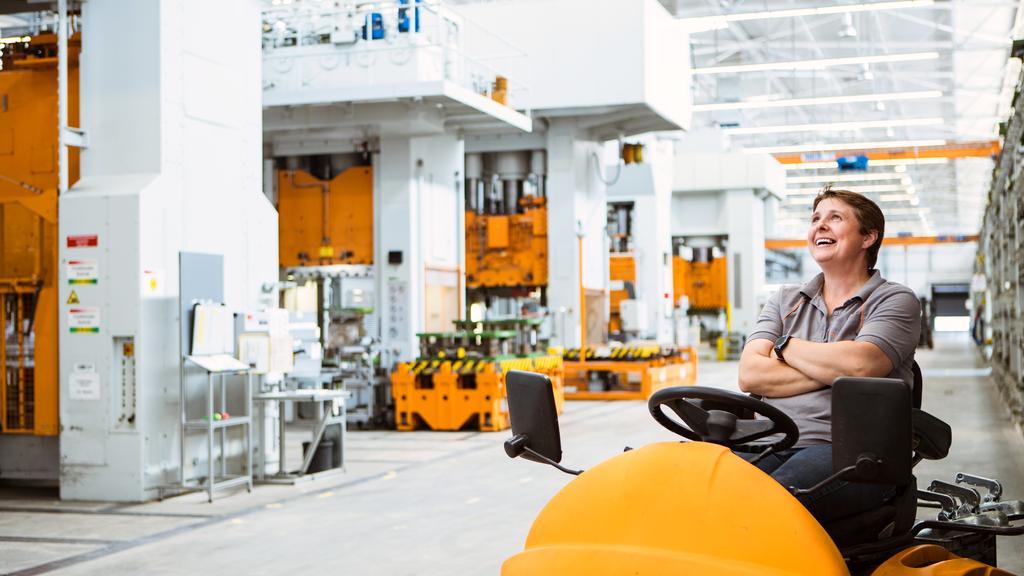 Bild zeigt lachende Mitarbeiterin im Viessmann Werk Allendorf.