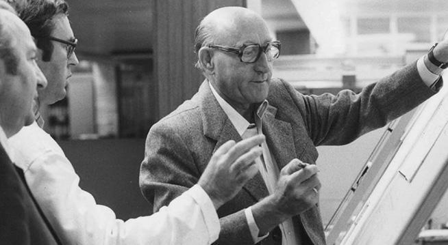 Dr. Hans Viessmann mit Oberingenieur Günter Feisel (ganz links) am Zeichenbrett