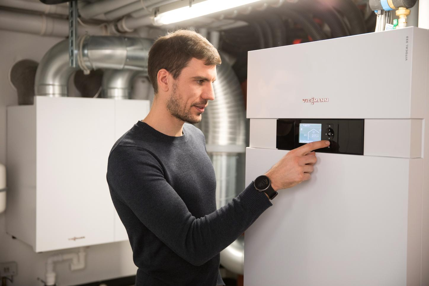 The picture shows biathlete and Olympic champion Arnd Peiffer with his Viessmann heating