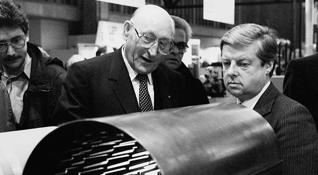 Das Bild zeigt Dr. Hans Viessmann mit einer seiner größten Erfindungen, der biferralen Verbundheizfläche