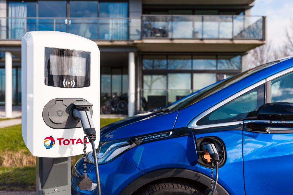 Das Bild zeigt eine Ladestation vom Unternehmen TOTAL.