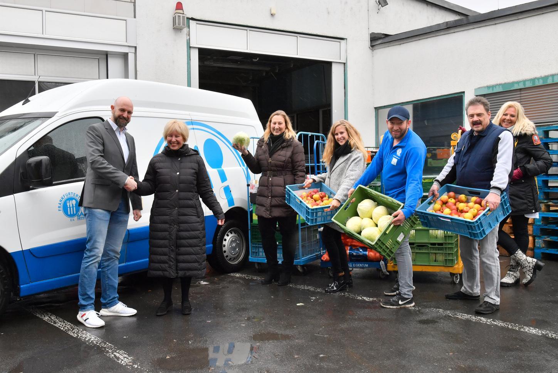Das Bild zeigt, wie Lebensmittel aus Allendorf an die Tafel in Frankfurt übergeben werden.