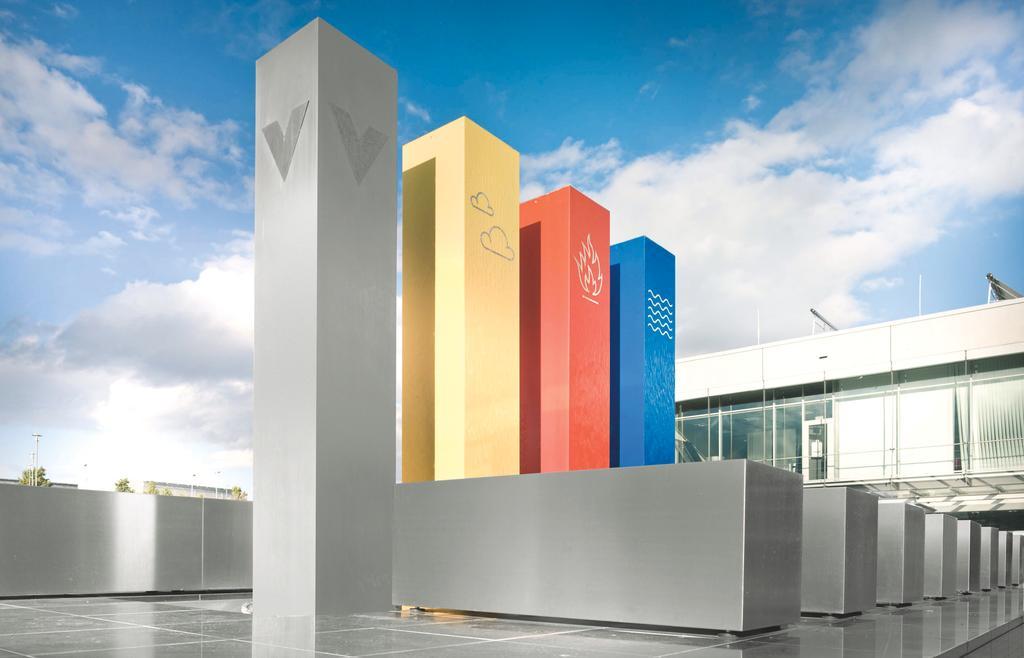 Das Bild zeigt die vier Säulen vor dem Viessmann Werk in Allendorf.