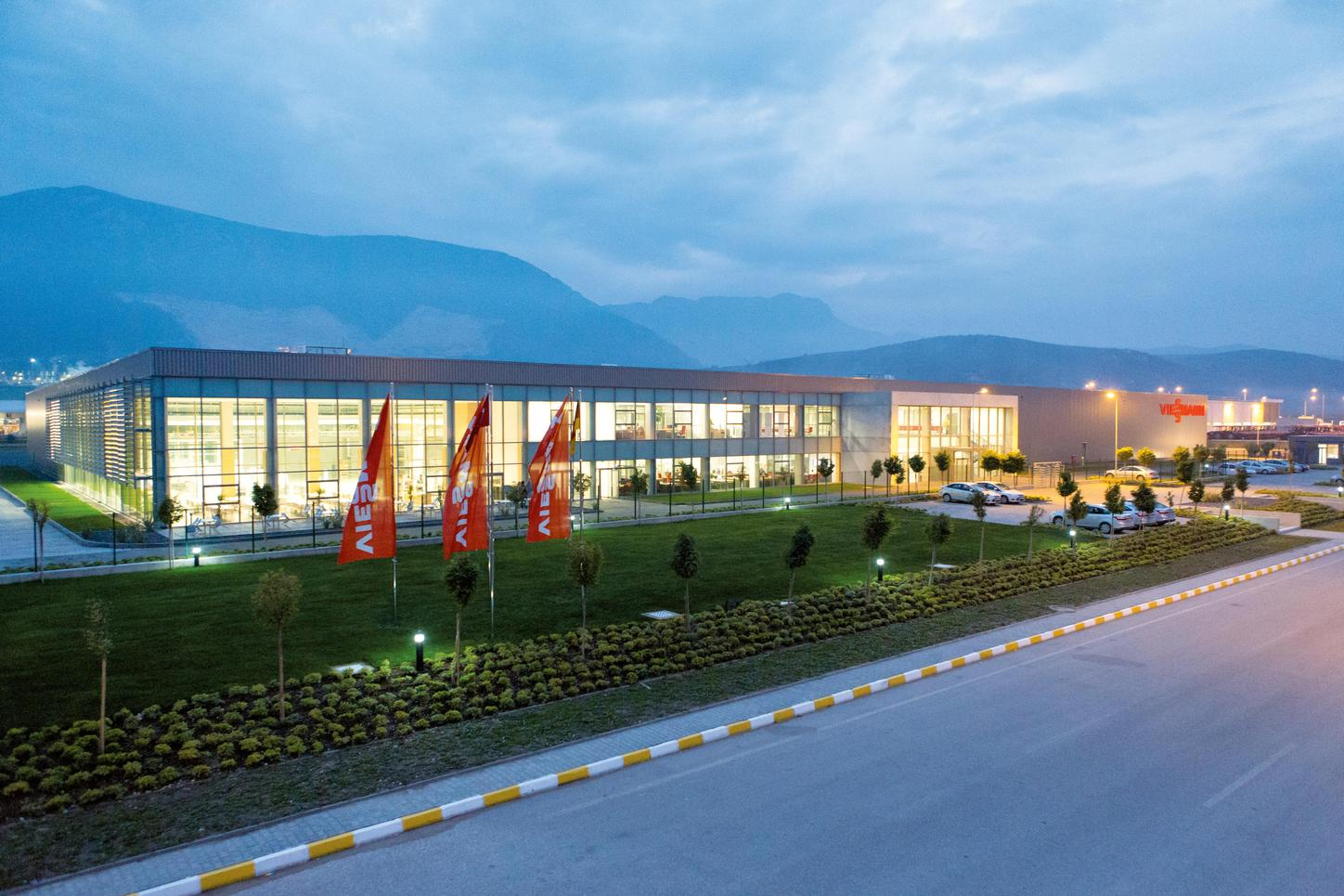 The image shows the Viessmann production facility in Manisa.