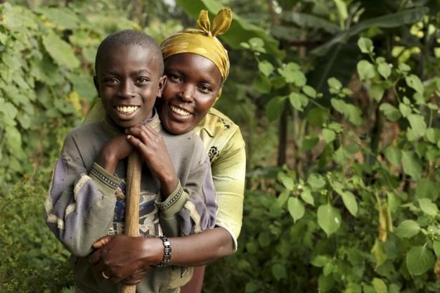 Das Bild zeigt zwei Personen bei der Bewirtschaftung einer Baumschule.