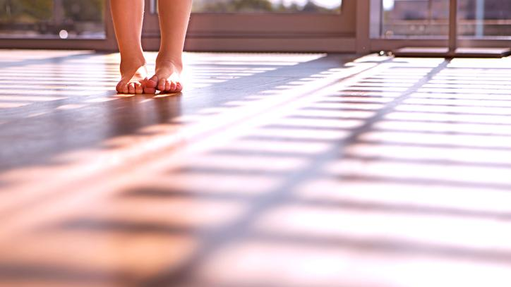 The picture shows children's feet on the floor heating