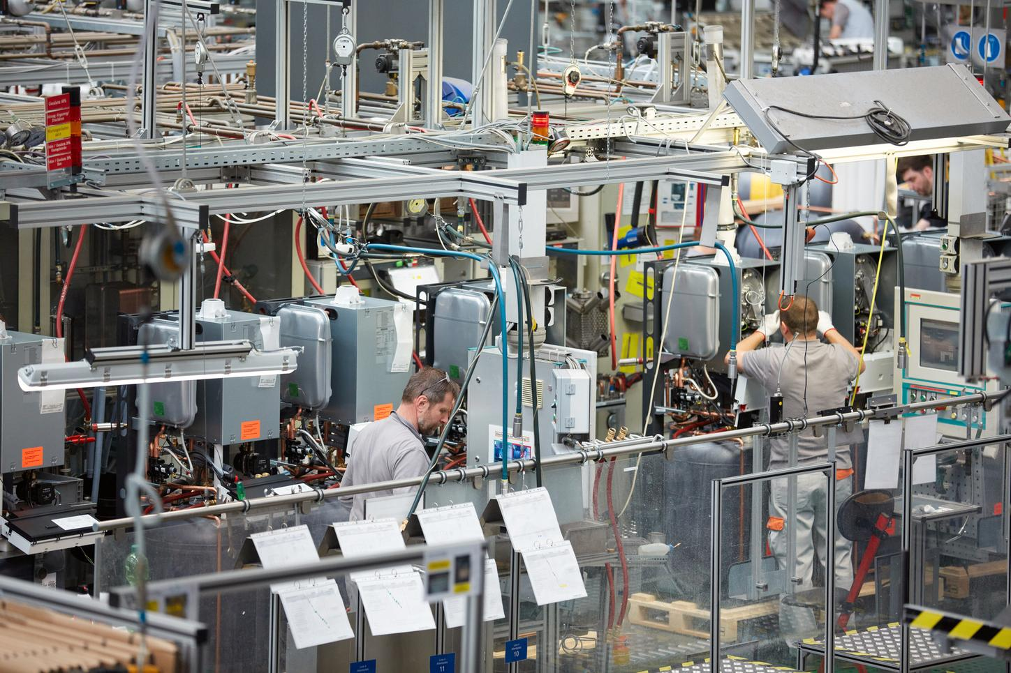 The image shows a Viessmann production hall.