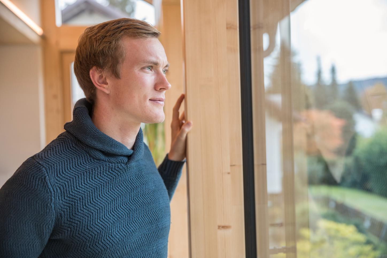 Das Bild zeigt Benedikt Doll, der aus dem Fenster schaut.