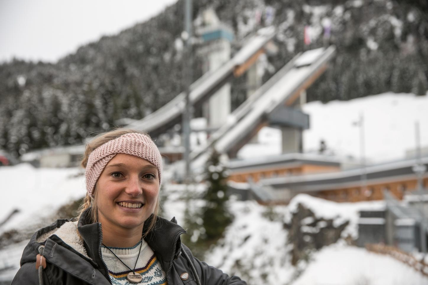 The picture shows the ski jumper Katharina Althaus in front of the jump in Oberstdorf