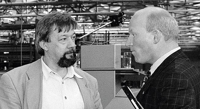 The picture shows Prof. Dr. Martin Viessmann in conversation with the then chairman of the works council Helmut Japes