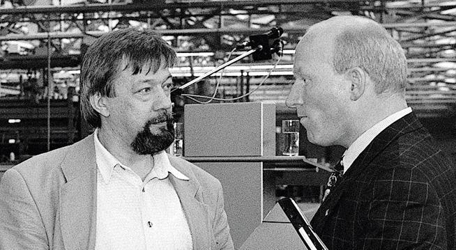 Das Bild zeigt Prof. Dr. Martin Viessmann im Gespräch mit dem damaligen Betriebsratsvorsitzenden Helmut Japes