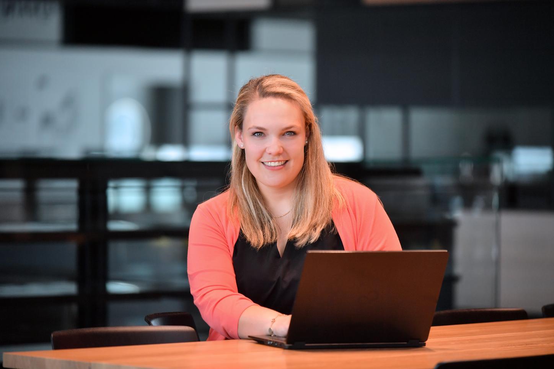 Das Bild zeigt Vanessa Ante, die an einem Laptop sitzt.
