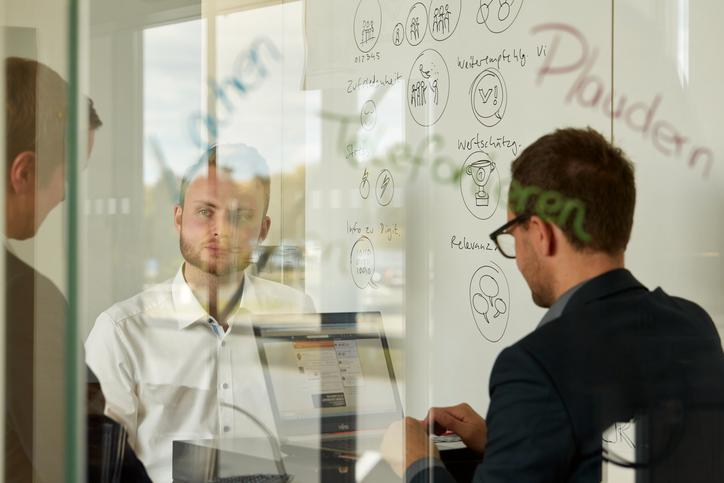 The picture shows Viessmann employees brainstorming