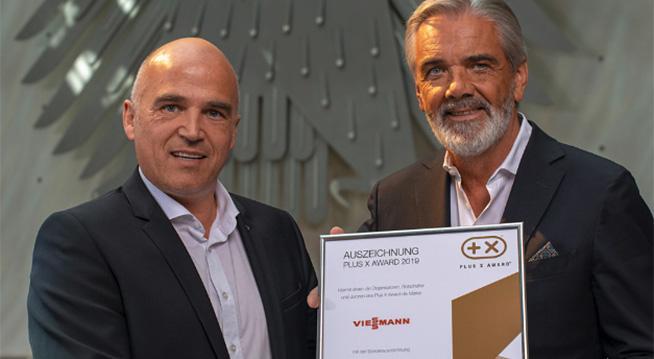Bild zeigt Markus Dönges, der die Auszeichnung Plus X Award entgegennimmt.