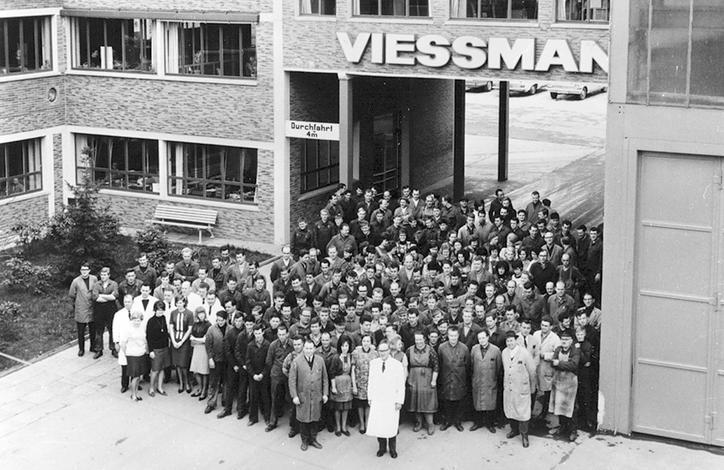 Das Bild zeigt die Belegschaft um 1965