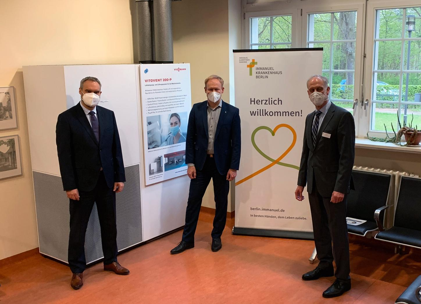 The image shows Roy J. Noack, Managing Director Immanuel Krankenhaus Berlin, Martin Rossmann, Project Manager Vitovent Viessmann, Prof. Dr. Andreas Krause, Chief Physician of the Department of Rheumatology Immanuel Krankenhaus Berlin.