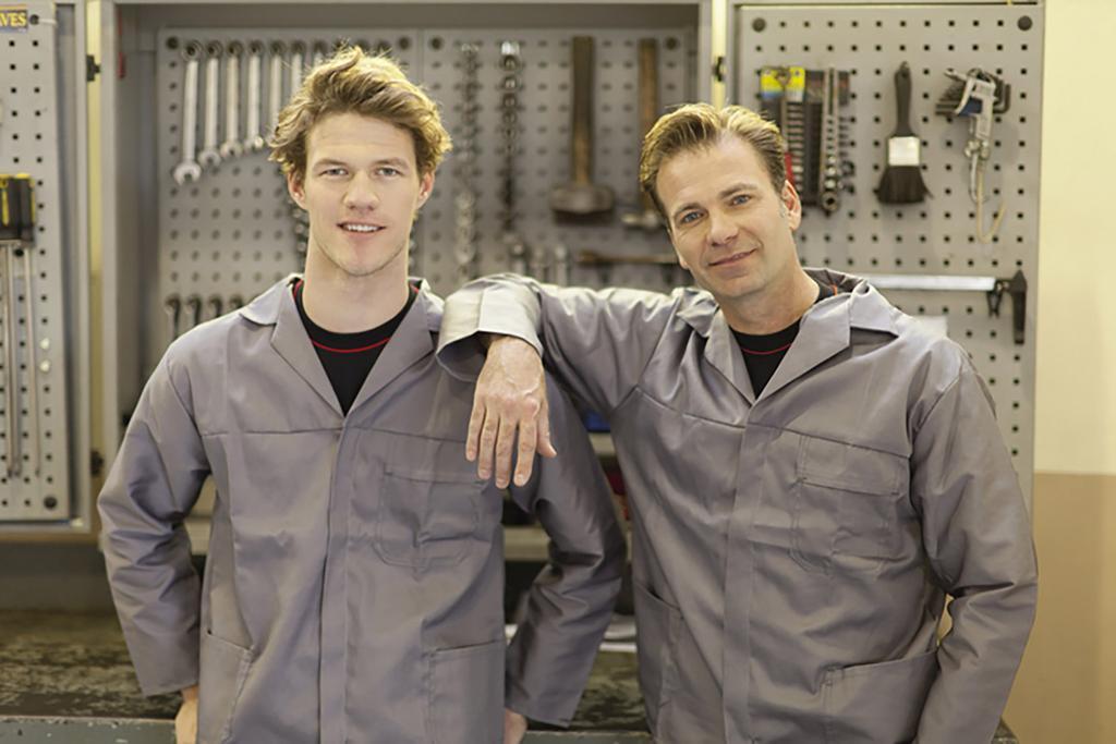 2 Fachleute in ihrem Arbeitsplatz.